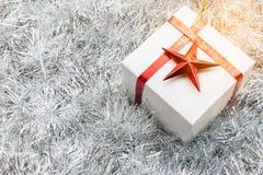 Contenitore e decorazione di regalo di Natale sul fondo dell'abete bianco del Colorado Immagine Stock