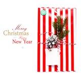 Contenitore e decorazioni di regalo di Natale isolati su fondo bianco. Immagini Stock