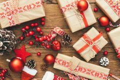 Contenitore e decorazioni di regalo di Natale su fondo di legno Fotografia Stock Libera da Diritti
