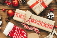 Contenitore e decorazioni di regalo di Natale su fondo di legno Buon Natale e concetto del buon anno Fotografia Stock Libera da Diritti