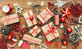 Contenitore e decorazioni di regalo di Natale su fondo di legno Buon Natale e concetto del buon anno Fotografie Stock