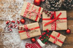 Contenitore e decorazioni di regalo di Natale su fondo di legno Buon Natale e concetto del buon anno Immagini Stock
