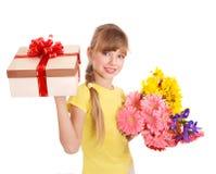 Contenitore e fiori di regalo della holding del bambino. Fotografia Stock Libera da Diritti