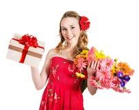 Contenitore e fiori di regalo della holding della giovane donna. Fotografia Stock Libera da Diritti