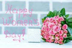 Contenitore e mazzo di regalo Concetto 8 marzo, giorno felice del ` s delle donne Fotografia Stock