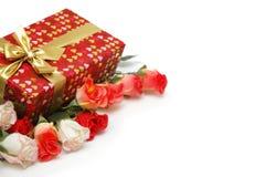 Contenitore e rose di regalo isolati Fotografie Stock Libere da Diritti