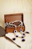 Contenitore e specchio di gioielli di legno antichi Fotografia Stock