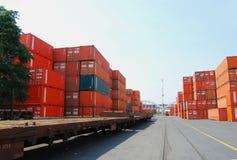 Contenitore e treno del trasporto (merci) Immagine Stock