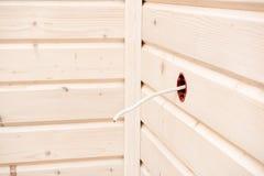 Contenitore elettrico di incavo su una parete di legno bianca immagine stock