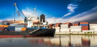 Contenitore industriale in nave dell'oceano immagini stock