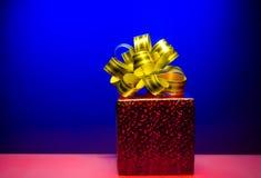 Contenitore magico rosso di regalo di Cristmas con l'arco dorato Fotografia Stock Libera da Diritti