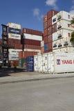 Contenitore - mucchio dei contenitori e dei contenitori refrigerati Immagini Stock
