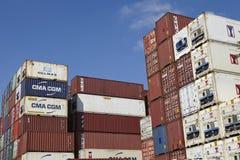 Contenitore - mucchio dei contenitori e dei contenitori refrigerati Fotografia Stock Libera da Diritti