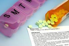 Contenitore, pillole e sensi di plastica della pillola Immagini Stock