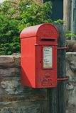 Contenitore rosso di posta in una posizione rurale in Inghilterra fotografia stock