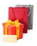 Contenitore rosso di regalo con la scheda del regalo e del nastro Fotografia Stock