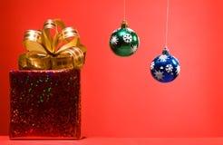 Contenitore rosso di regalo di Cristmas con l'arco dorato Immagine Stock Libera da Diritti