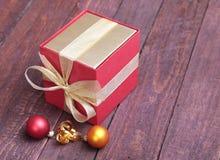 Contenitore rosso di regalo di Natale con l'arco di colore dell'oro su fondo bianco Fotografia Stock Libera da Diritti