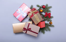 Contenitore rosso di regalo di Natale con l'arco di colore dell'oro su fondo bianco Fotografie Stock