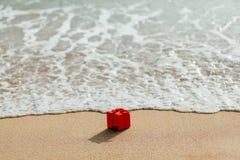 Contenitore rosso di regalo sulla spiaggia Fotografia Stock Libera da Diritti