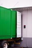 Contenitore verde del carico al magazzino di bacino nell'ambito dello scarico di caricamento Fotografia Stock Libera da Diritti