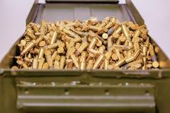 Contenitore verde di munizioni in pieno delle pallottole immagine stock libera da diritti