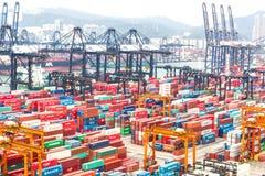 Contenitori al porto dell'annuncio pubblicitario di Hong Kong Fotografia Stock Libera da Diritti