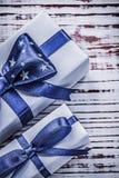 Contenitori avvolti del regalo sul concetto d'annata di feste del bordo di legno Fotografie Stock Libere da Diritti