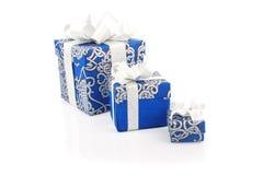 Contenitori blu di regalo su bianco Fotografia Stock