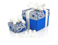Contenitori blu & perle di regalo su bianco Fotografia Stock Libera da Diritti