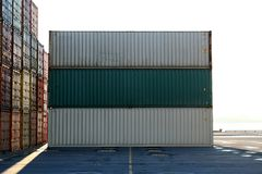 Contenitori che attendono per essere caricato 2 Fotografia Stock