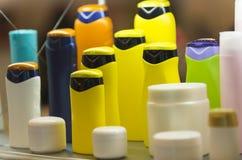 Contenitori cosmetici di plastica, fuoco selettivo Fotografie Stock