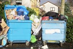 Contenitori dei rifiuti del Consiglio sulle ruote per la raccolta dei rifiuti del rifugio immagini stock libere da diritti