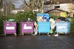 Contenitori dei rifiuti del Consiglio sulle ruote per la raccolta dei rifiuti del rifugio fotografia stock