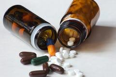 Contenitori del farmaco con le pillole e le capsule Fotografie Stock Libere da Diritti