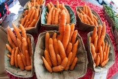 Contenitori del mercato degli agricoltori di Sit On Sale At Local delle carote Immagini Stock Libere da Diritti