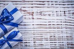 Contenitori del regalo sul concetto d'annata di feste del bordo di legno Fotografie Stock