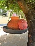 Contenitori dell'argilla che contengono acqua potabile per consumo pubblico Immagine Stock