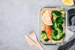 Contenitori della scatola di pranzo della preparazione del pasto con il pesce di color salmone al forno, riso, broccoli verdi fotografie stock