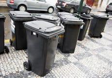 Contenitori delle pattumiere dell'immondizia della città Immagine Stock