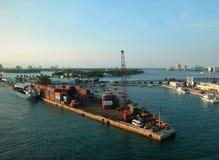 Contenitori di caricamento al porto Fotografie Stock Libere da Diritti