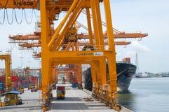 Contenitori di caricamento della gru della riva in nave del trasporto Immagine Stock Libera da Diritti