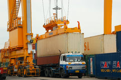 Contenitori di caricamento della gru della riva in nave del trasporto Fotografia Stock Libera da Diritti