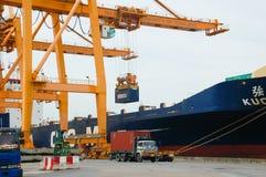 Contenitori di caricamento della gru della riva in nave del trasporto Immagini Stock Libere da Diritti