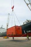 Contenitori di caricamento della gru della riva in nave del trasporto Fotografie Stock