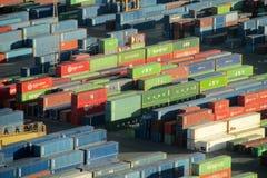 Contenitori di carico, contenitori nel porto marittimo Immagini Stock