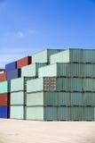 Contenitori di carico contro cielo blu Fotografia Stock
