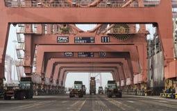 Contenitori di carico & della gru Fotografie Stock Libere da Diritti