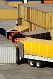 Contenitori di carico di caricamento dai camion Fotografie Stock Libere da Diritti