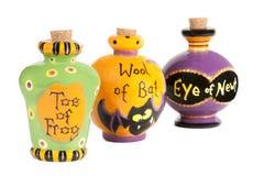Contenitori di ceramica degli ingredienti della pozione di Halloween Immagine Stock